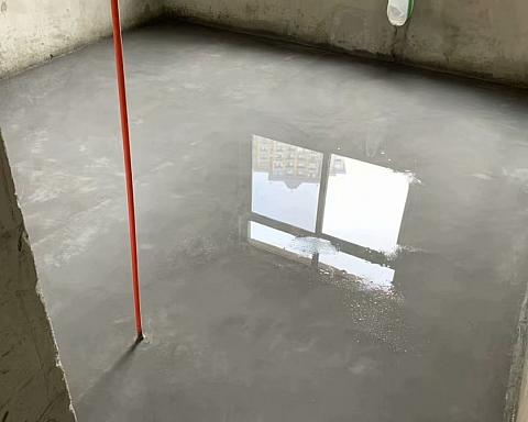 合肥装修,瓦工师傅做水泥地坪洒水后光滑的像镜面